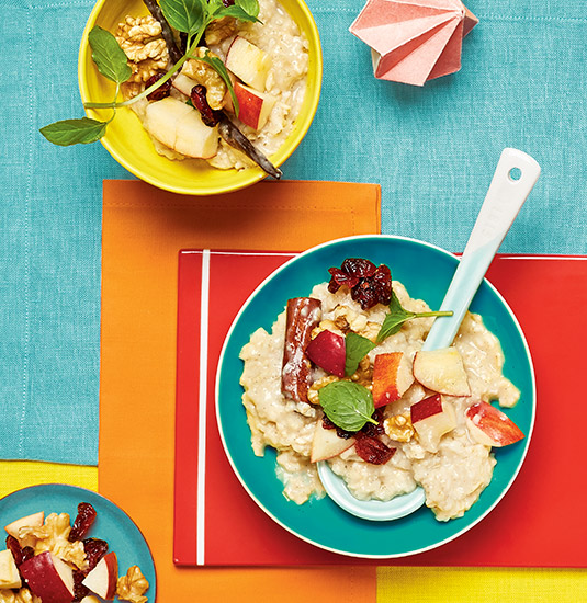 Zimt-Porridge mit Apfel-Cranberry-Walnuss-Topping
